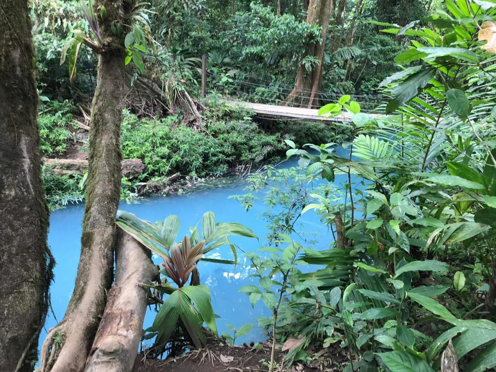 Aguas celestiales en Río Celeste, Costa Rica