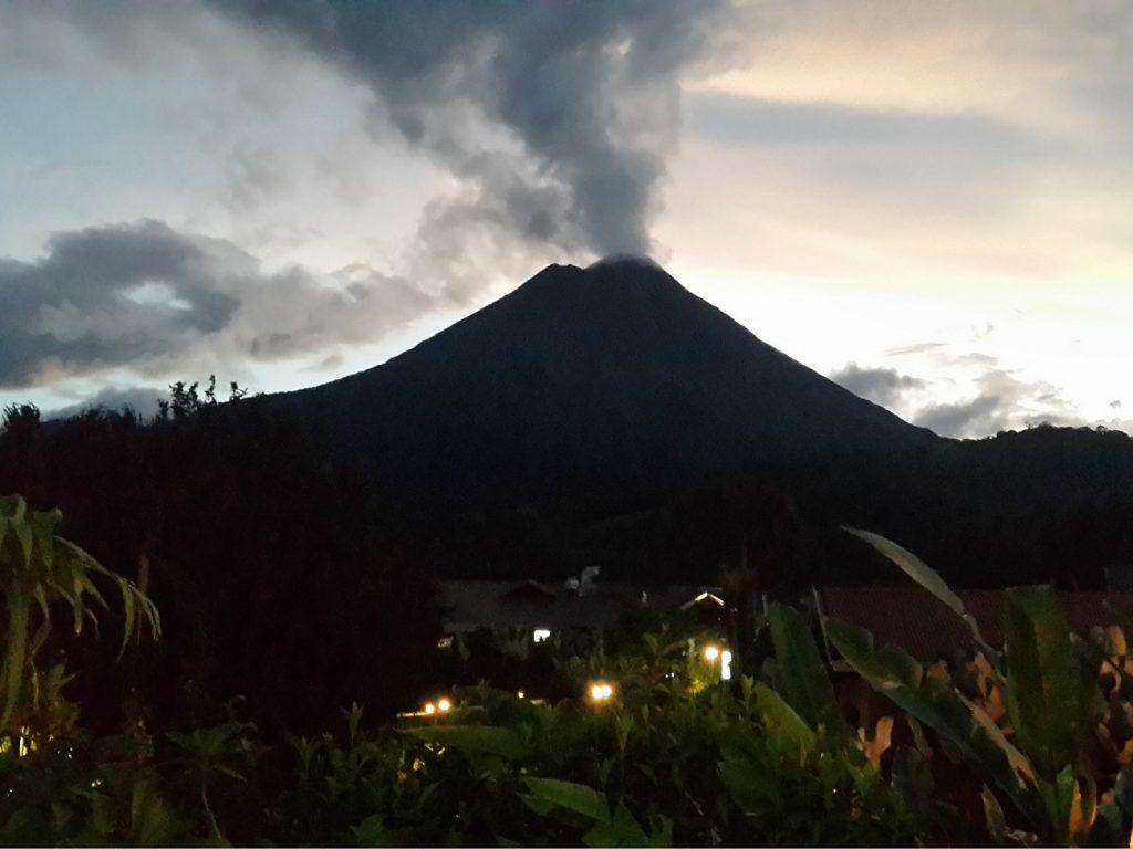 El volcán humeante Arenal en Costa Rica