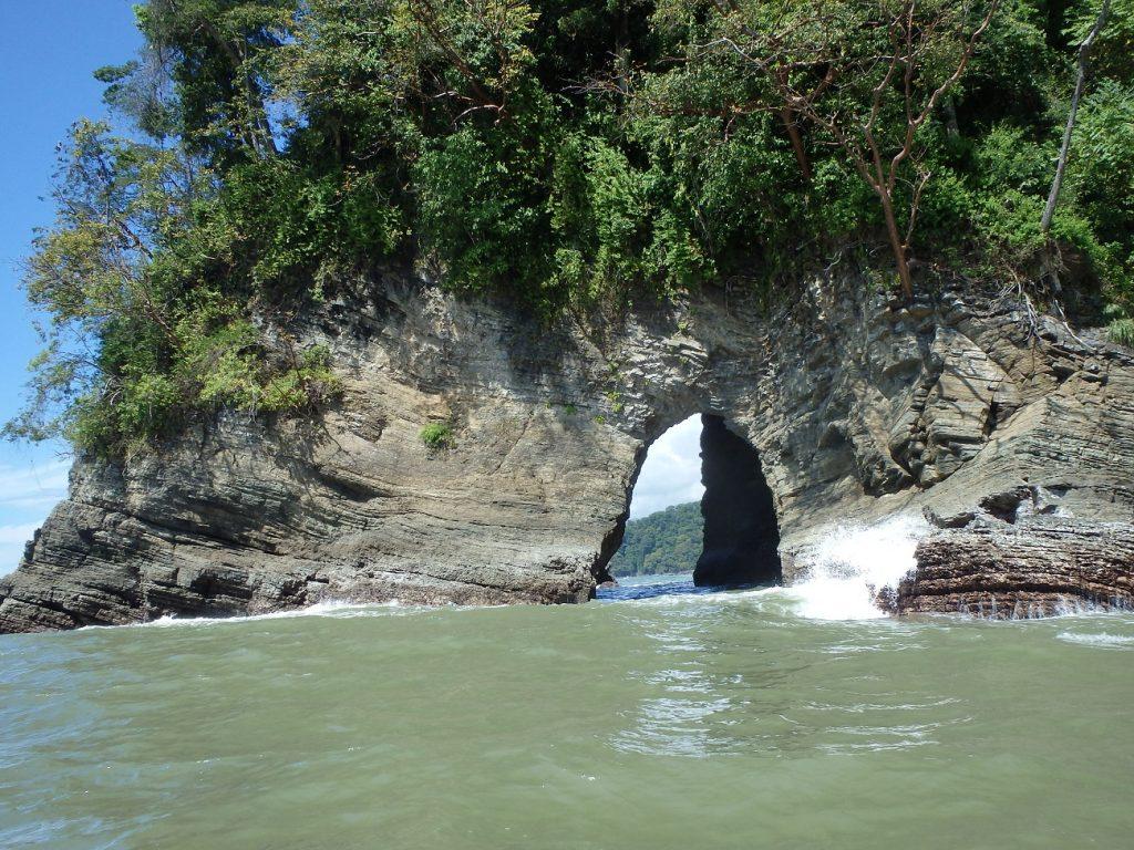 במהלך שיט הלווייתנים בקוסטה ריקה מגלים מערה בצוק