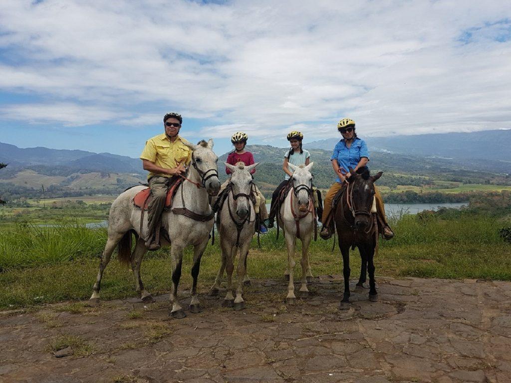 טיול סוסים באיזור טוריאלבה בקוסטה ריקה