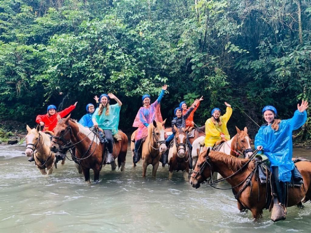 טיול סוסים בנהר ארנל בקוסטה ריקה