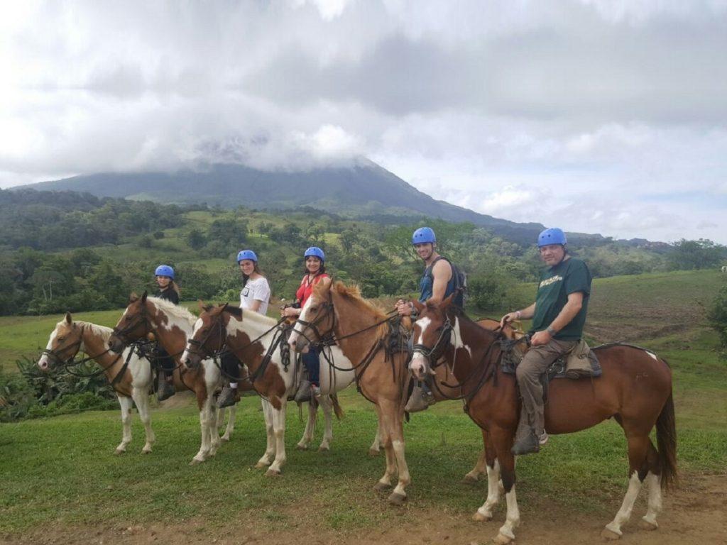 טיול סוסים למרגלות הר הגעש ארנל בקוסטה ריקה