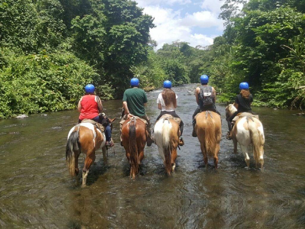 טיול סוסים משפחתי בקוסטה ריקה
