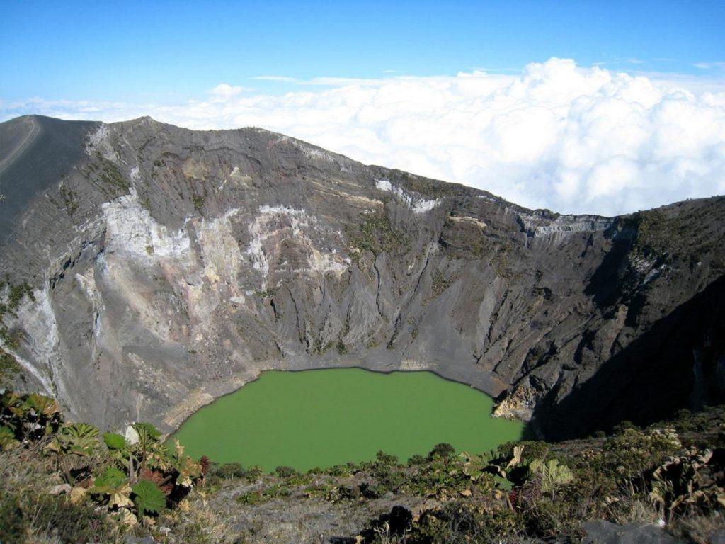 לוע הר הגעש אירזו שבקוסטה ריקה