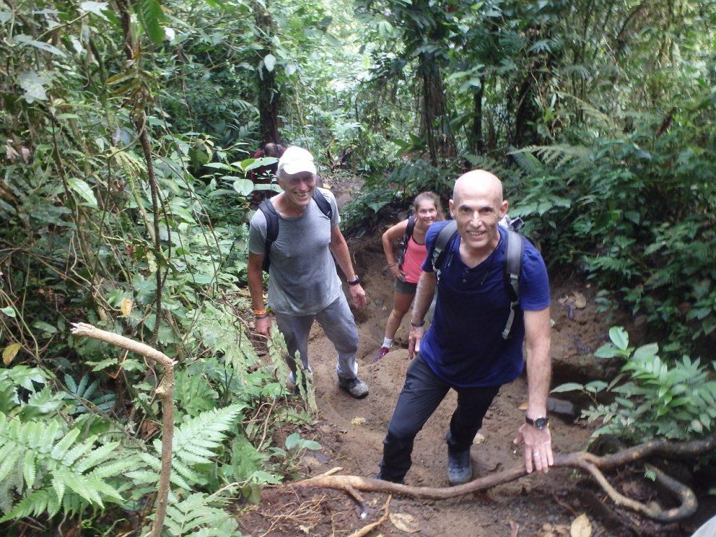 מטפסים באיזור רכס ארנל במהלך טיול טבע בקוסטה ריקה
